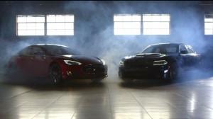 Зарядное Dodge hellcat и Тесла модель s P85D в моторной тенденции Глава 2 Глава битва
