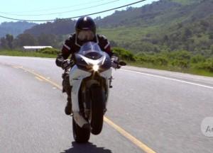 Студент за спиной водителя мотоцикла на перекрестке