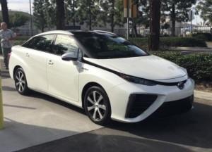 Тойота уже заняты около 1900 подписей за Мирай автомобиль на топливных элементах