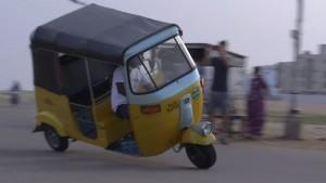 Индийский водитель устанавливает рекорд для двухколесных тук-тук вождения